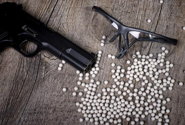 Arma de airsoft com óculos