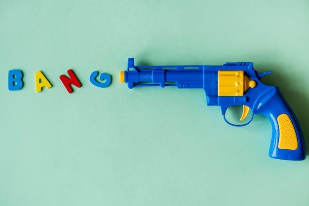 Arma de brinquedo de plástico brilhante e colorida
