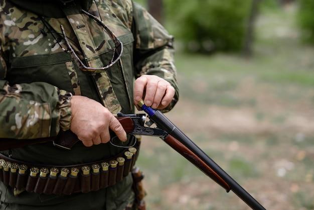 Arma de carregamento de caçador profissional com cartucho.