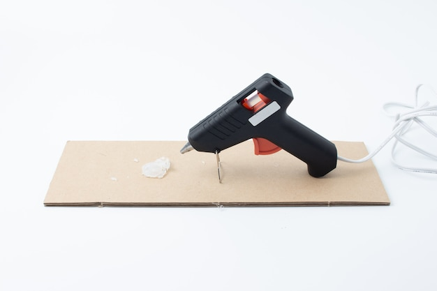 Arma de cola quente elétrica isolada no fundo branco