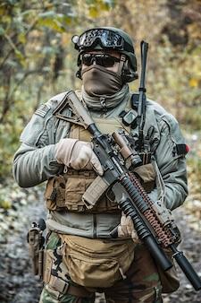 Arma de marsoc apontando armas Foto Premium