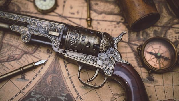 Arma de pistola vintage e coleção de piratas