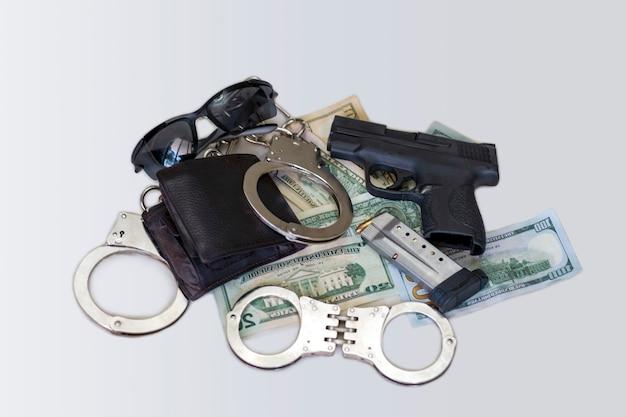 Arma e dinheiro. arma de fogo semiautomática com revistas e cartuchos, carteira de couro na pilha de dólares