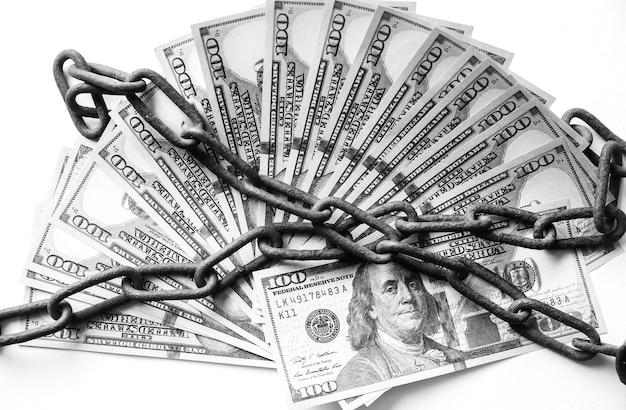 Arma e dinheiro em velhas correntes enferrujadas. preso por crime ilegal. quebrou a lei. conceito de suborno.
