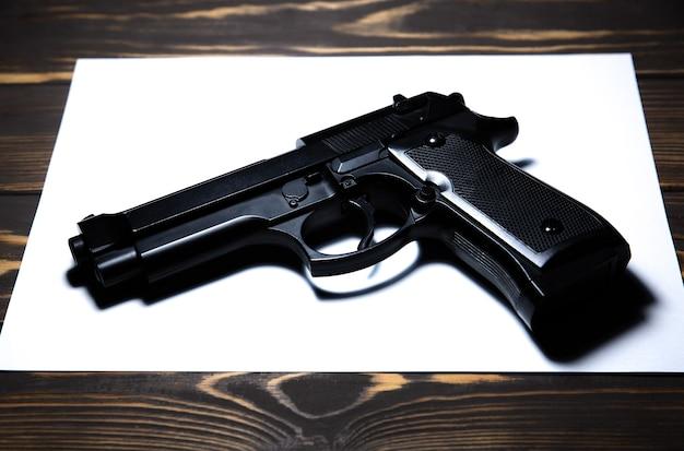 Arma na mesa. legalização de armas. problemas criminais.