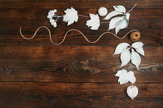 Armação de borda com folhas brancas em uma madeira