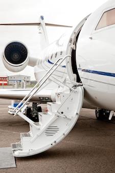 Armadilha de escada e porta aberta para o avião a jato executivo