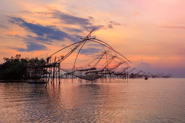 Armadilha de pesca de estilo tailandês em pak pra village, net pesca tailândia