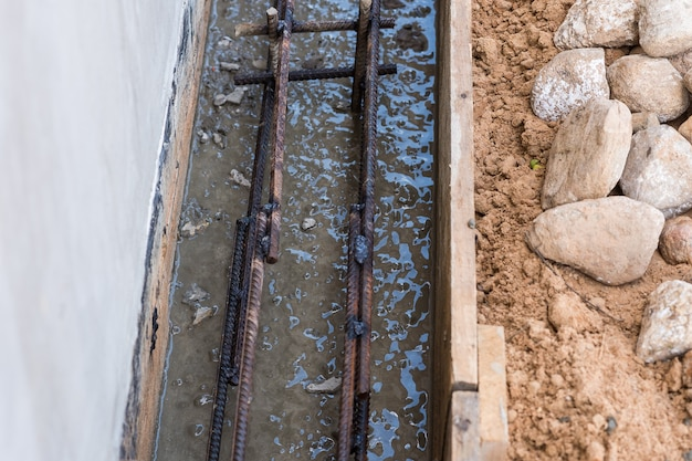 Armadura na cofragem para a fundação. construção civil