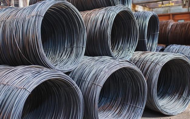 Armaduras de construção estão localizadas no armazém de produtos metalúrgicos. elemento da estrutura de construção.