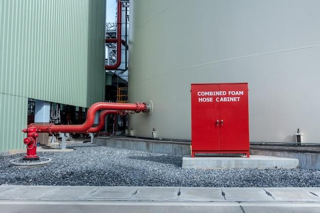 Armário da mangueira de incêndio para proteção contra incêndio na fábrica.