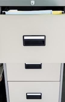 Armário de arquivo de metal com gaveta aberta.