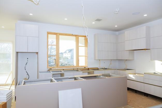 Armário de cozinha com prateleiras de aglomerado com a porta aberta na dobradiça.