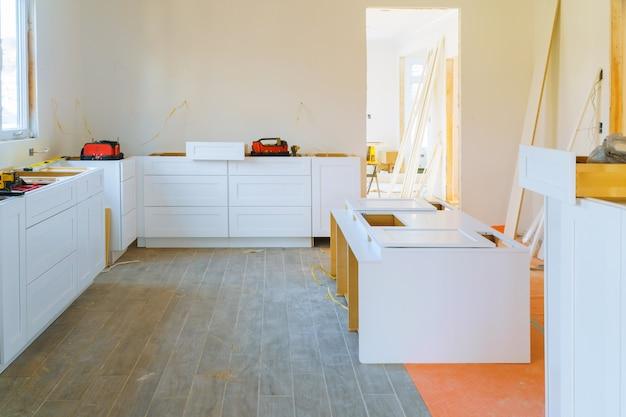 Armário de cozinha moderno da instalação de detalhes da mobília.