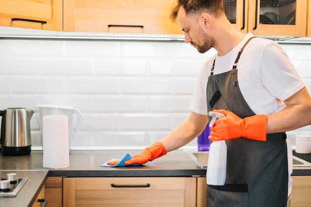 Armário de limpeza do homem com pano