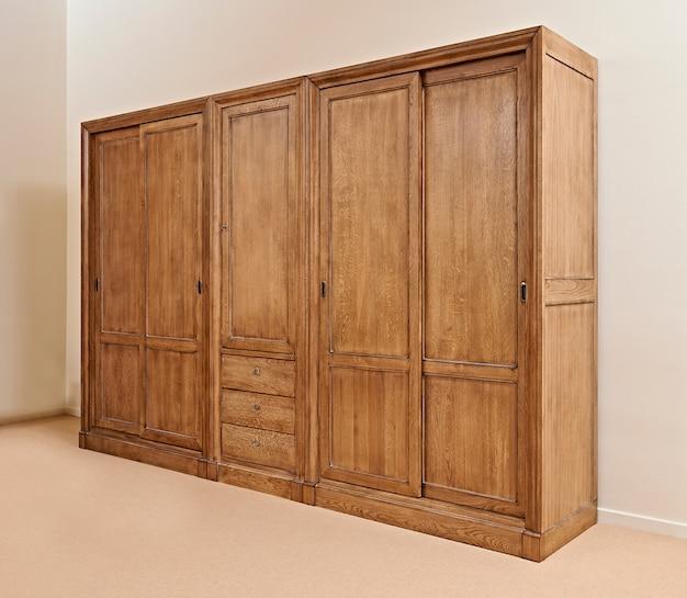 Armário de madeira clássico fechado contra parede texturizada