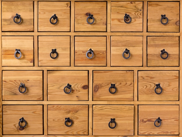 Armário de madeira com gavetas