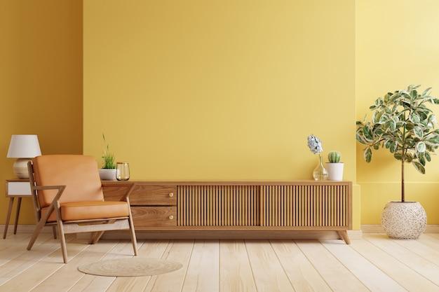 Armário de tv em uma sala de estar moderna com poltrona de couro e planta no fundo da parede amarela, renderização em 3d