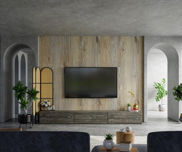 Armário uma parede de tv de madeira em uma sala de cimento com sofá e decoração.