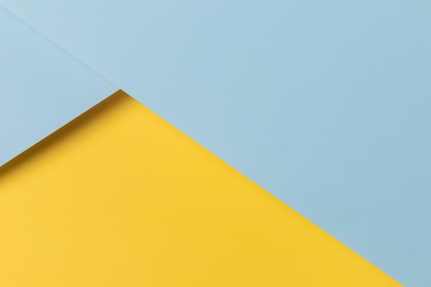 Armários amarelos e azuis na mesa