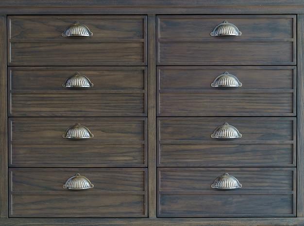 Armários de arquivo de madeira marrom com gavetas.