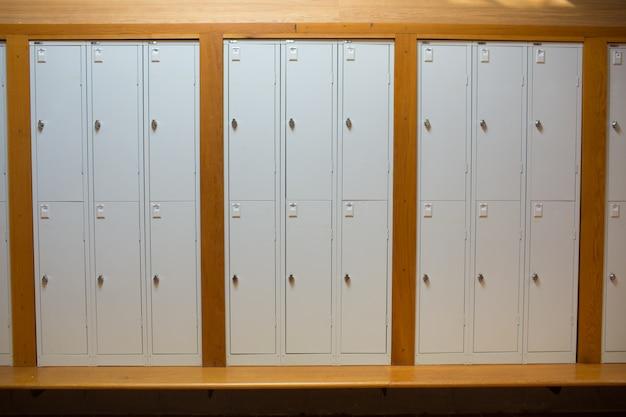 Armários fechados em uma fileira na faculdade