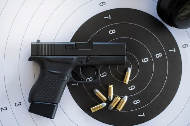 Armas com munição no alvo de papel