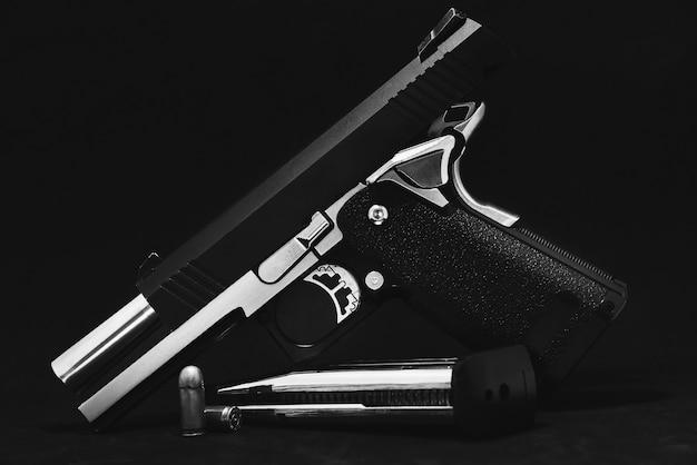 Armas de airsoft baseadas em carbono no fundo preto