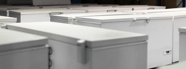 Armazém com geladeiras brancas