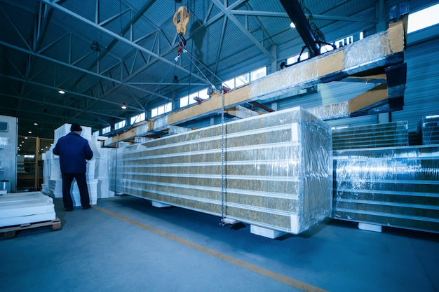 Armazém com painéis sanduíche em oficina de manufatura industrial