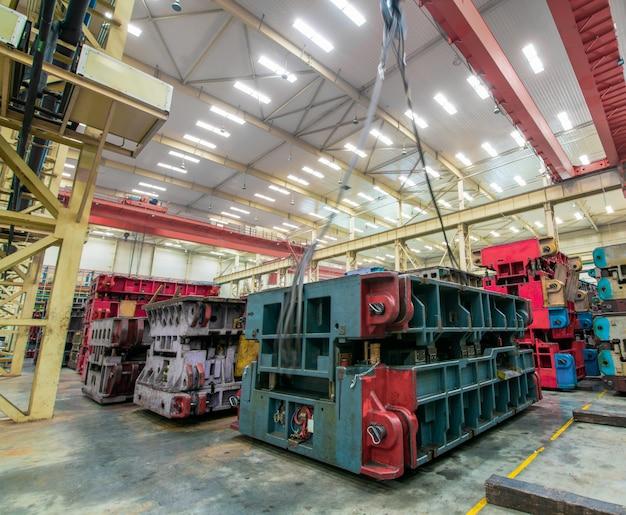 Armazém de armazenamento moderno da fábrica, do molde e do equipamento do carro.