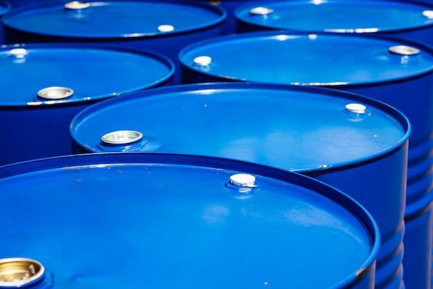 Armazém de barril no armazém tecnológico. óleos minerais