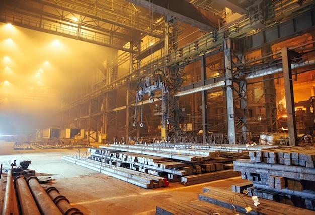 Armazém em branco de metal. planta de galvanoplastia para o metal.