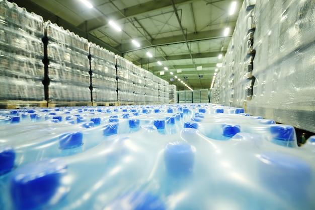 Armazém industrial de alimentos para armazenamento e armazenamento de tetrapacks com bebidas, água, cerveja em garrafas pet de plástico.