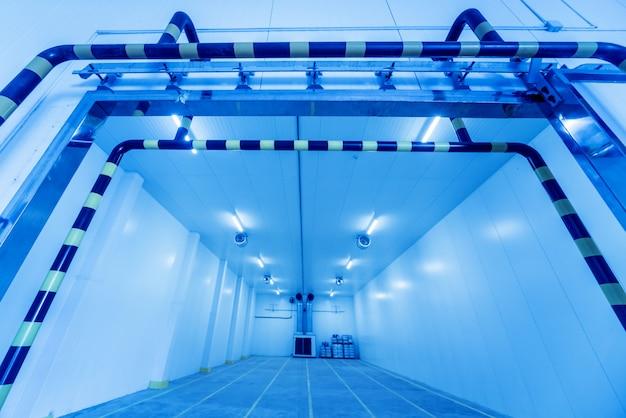 Armazém industrial vazio do congelador para armazenamento de vegetais.