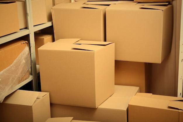 Armazém moderno cheio de caixas de papelão