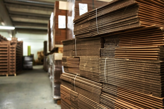 Armazenamento com estoques de caixas de papelão desempacotadas para embalagem de mercadorias