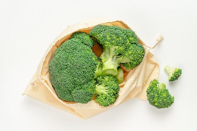 Armazenamento de alimentos sem plástico. brócolis cru em saco ecológico. vista superior, configuração plana