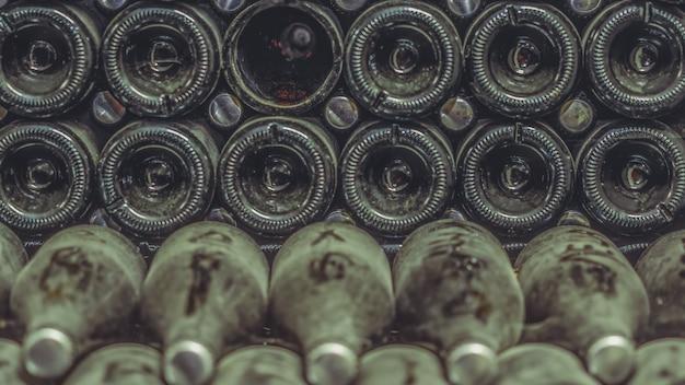 Armazenamento de garrafas velhas na adega
