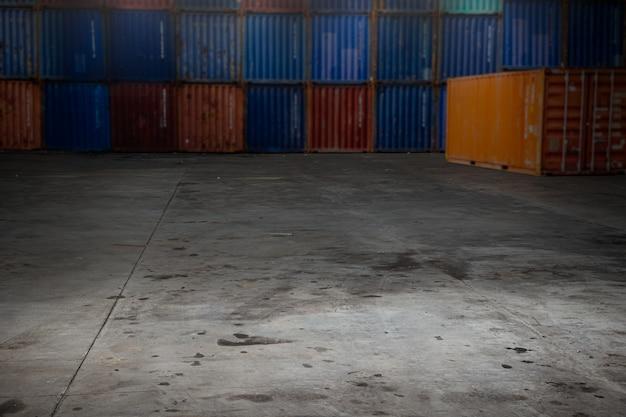 Armazenamento de mercadorias em contêiner de carga, importação, exportação, transporte, espaço, armazém, indústria, espaço em branco para montagem de publicidade de fundo.