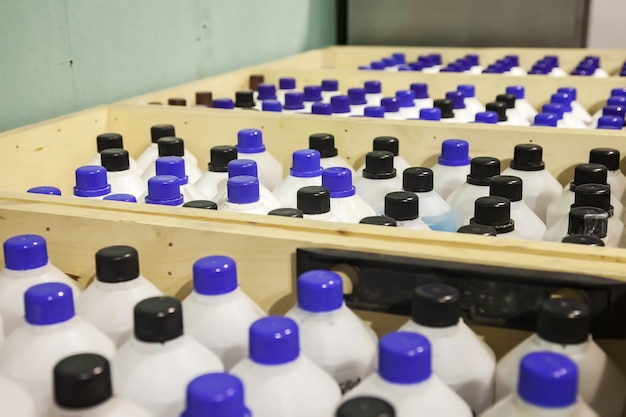 Armazenamento e armazenamento de líquidos químicos. fileiras suaves de recipientes de líquidos em caixas de madeira. plano de fundo das garrafas armazenadas no armazém. o conceito de armazenamento e armazenamento de mercadorias