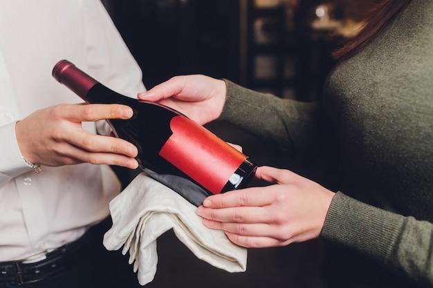 Armazenando garrafas de vinho na geladeira. cartão alcoólico no restaurante. refrigerar e preservar o vinho.