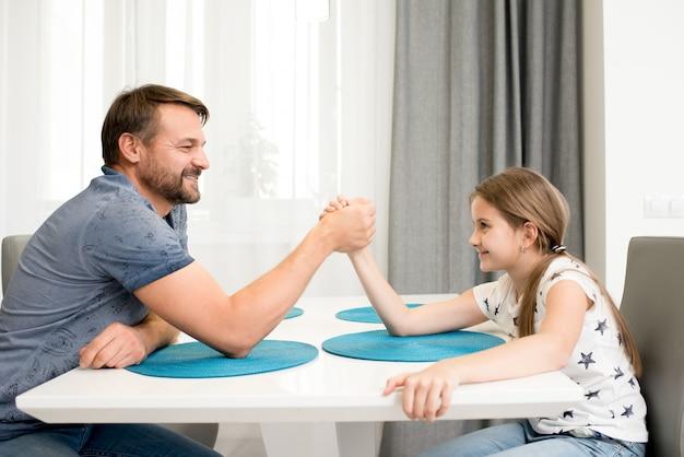 Armwrestling do pai e da filha