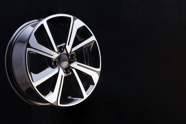Aro da liga no fundo preto, close up das rodas de liga leve. os raios dos elementos