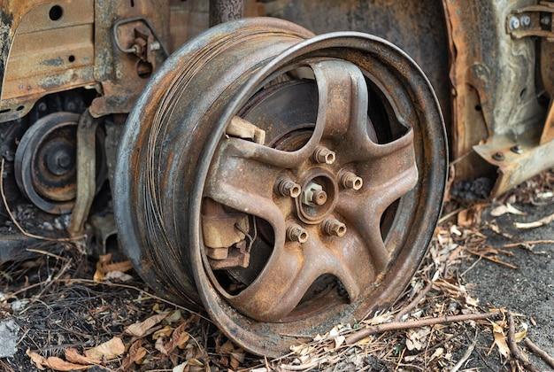 Aro da roda do carro em aço enferrujado com pinça de freio serviço automotivo e conserto de automóveis