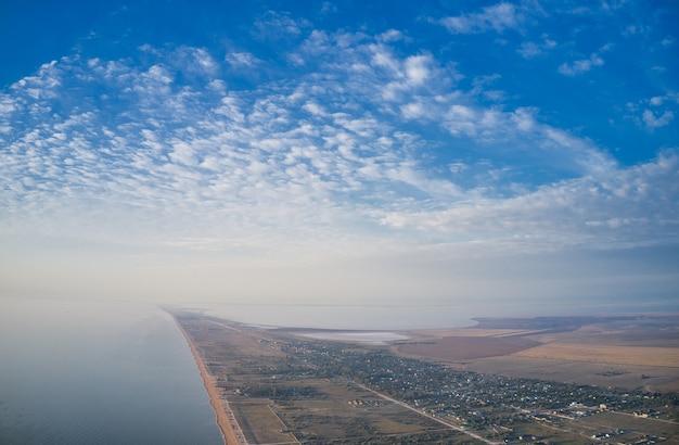 Arobat arrow entre belas águas do mar, vista superior do drone