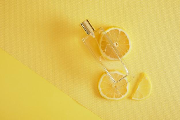 Aroma cítrico, perfume com conceito de aroma de limão, rodelas de limão e um frasco de perfume