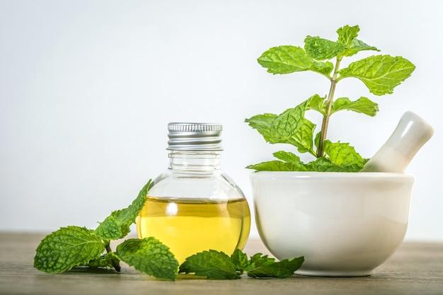 Aroma de óleo essencial de uma hortelã-pimenta na garrafa