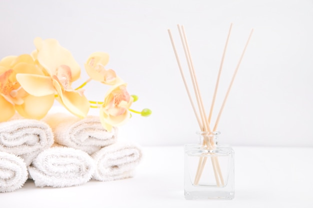 Aroma gruda em vidro em um fundo branco