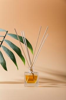 Aroma líquido em frasco de vidro com palitos